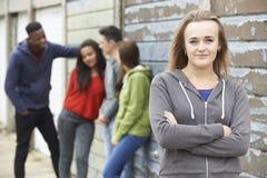Grupo de amigos adolescentes que cuelgan hacia fuera en el ambiente urbano Imagen de archivo libre de regalías