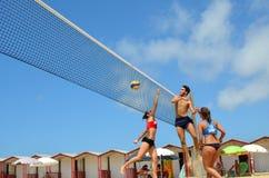 Grupo de amigos adolescentes que juegan a voleibol Fotos de archivo libres de regalías
