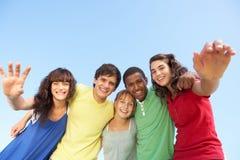 Grupo de amigos adolescentes que se colocan afuera Imagen de archivo libre de regalías
