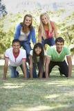 Grupo de amigos adolescentes que se divierten en parque Fotografía de archivo libre de regalías