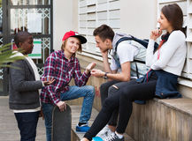 Grupo de amigos adolescentes que se relajan y que charlan Imágenes de archivo libres de regalías
