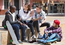 Grupo de amigos adolescentes que se relajan y que charlan Fotografía de archivo libre de regalías