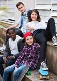 Grupo de amigos adolescentes que se relajan y que charlan Imagen de archivo libre de regalías
