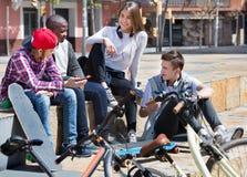 Grupo de amigos adolescentes que se relajan y que charlan Foto de archivo libre de regalías