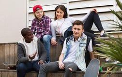 Grupo de amigos adolescentes que se relajan y que charlan Fotografía de archivo