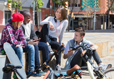Grupo de amigos adolescentes que se relajan y que charlan Fotos de archivo libres de regalías
