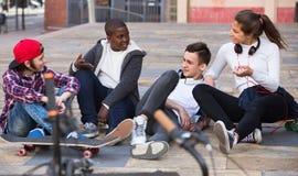 Grupo de amigos adolescentes que se relajan y que charlan Fotos de archivo