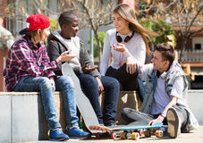 Grupo de amigos adolescentes que se relajan y que charlan Imagen de archivo