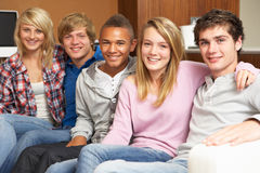Grupo de amigos adolescentes que se sientan en el sofá en el país Imágenes de archivo libres de regalías