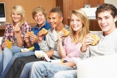 Grupo de amigos adolescentes que se sientan en el sofá en el país Fotografía de archivo