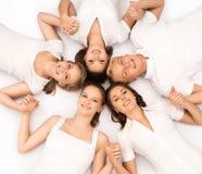 Grupo de amigos adolescentes sonrientes que miran la cámara Foto de archivo libre de regalías