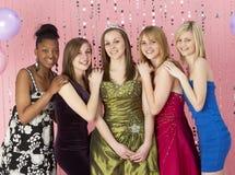 Grupo de amigos adolescentes vestidos para el baile de fin de curso Imágenes de archivo libres de regalías