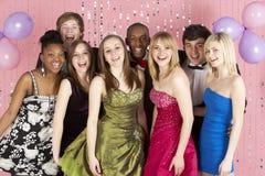 Grupo de amigos adolescentes vestidos para el baile de fin de curso imagenes de archivo