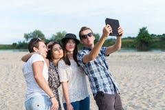 Grupo de amigos adultos jovenes que toman Selfie Imágenes de archivo libres de regalías