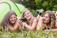 Grupo de amigos al aire libre con un teléfono elegante Imagen de archivo libre de regalías