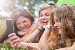 Grupo de amigos al aire libre con un teléfono elegante Foto de archivo