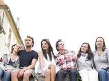 Grupo de amigos al aire libre que miran en distancia Imagen de archivo libre de regalías
