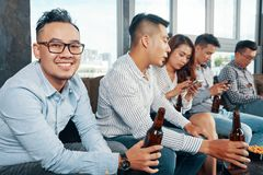 Grupo de amigos asiáticos com cerveja na barra foto de stock