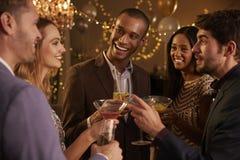 Grupo de amigos com bebidas que apreciam o cocktail Imagens de Stock