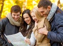 Grupo de amigos con el mapa al aire libre foto de archivo