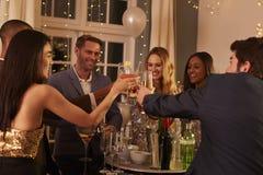 Grupo de amigos con las bebidas que disfrutan del cóctel foto de archivo