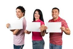 Grupo de amigos con las muestras en blanco Imágenes de archivo libres de regalías
