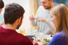 Grupo de amigos con los smartphones que se encuentran en el café Imagen de archivo