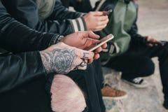 Grupo de amigos con smartphones Fotos de archivo libres de regalías