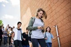 Grupo de amigos de la escuela que caminan abajo de escalera Imágenes de archivo libres de regalías