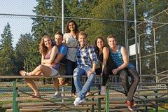 Grupo de amigos de veinte años afuera junto Imagen de archivo