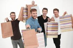 Grupo de amigos del baile con compras foto de archivo libre de regalías