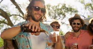 Grupo de amigos del inconformista que beben la cerveza almacen de video