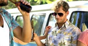 Grupo de amigos del inconformista que gozan y que beben de la cerveza metrajes