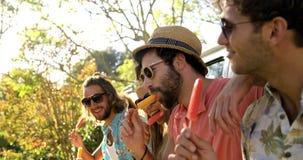 Grupo de amigos del inconformista que gozan y que comen del helado almacen de metraje de vídeo