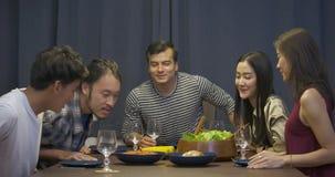 Grupo de amigos del yound que disfrutan del partido de cena en casa metrajes