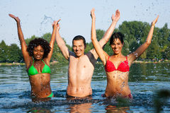 Grupo de amigos - diversión en el lago Imagenes de archivo
