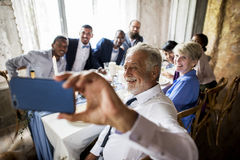 Grupo de amigos diversos que toman el selfie junto en el recep de la boda imagen de archivo libre de regalías