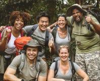 Grupo de amigos diversos que trekking junto fotografia de stock