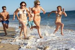 Grupo de amigos el día de fiesta de la playa Fotos de archivo
