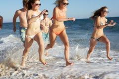 Grupo de amigos el día de fiesta de la playa Fotografía de archivo