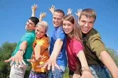 Grupo de amigos em camisas multicolor Fotografia de Stock Royalty Free