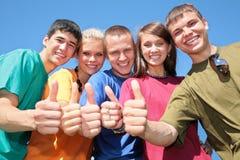 Grupo de amigos en camisas multicoloras Imagenes de archivo