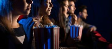Grupo de amigos en el cine Imagen de archivo libre de regalías