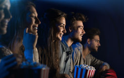 Grupo de amigos en el cine Imágenes de archivo libres de regalías