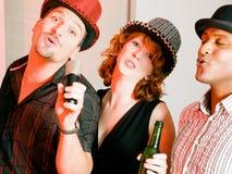 Grupo de amigos en el partido del Karaoke Fotografía de archivo libre de regalías
