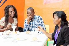 Grupo de amigos en el restaurante Imagenes de archivo