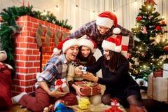 Grupo de amigos en la Navidad, Año Nuevo que se sienta en el ingenio del piso Imágenes de archivo libres de regalías