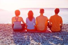 Grupo de amigos en la playa Imagen de archivo