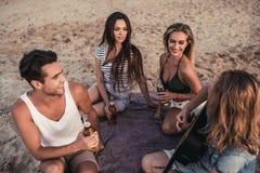 Grupo de amigos en la playa imágenes de archivo libres de regalías