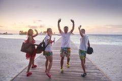 Grupo de amigos en la playa hermosa Imagen de archivo